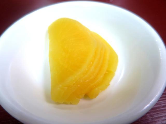 画像: 鹿児島のラーメン店では大根の漬物が付くことがとても多い。甘酢タイプなど幾つかあるが、こちらは、たくあん