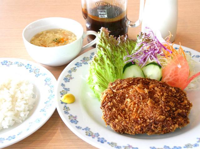 画像: ジューシーな、黒豚メンチカツ(スープ、ライス付き)は1340円(税別)