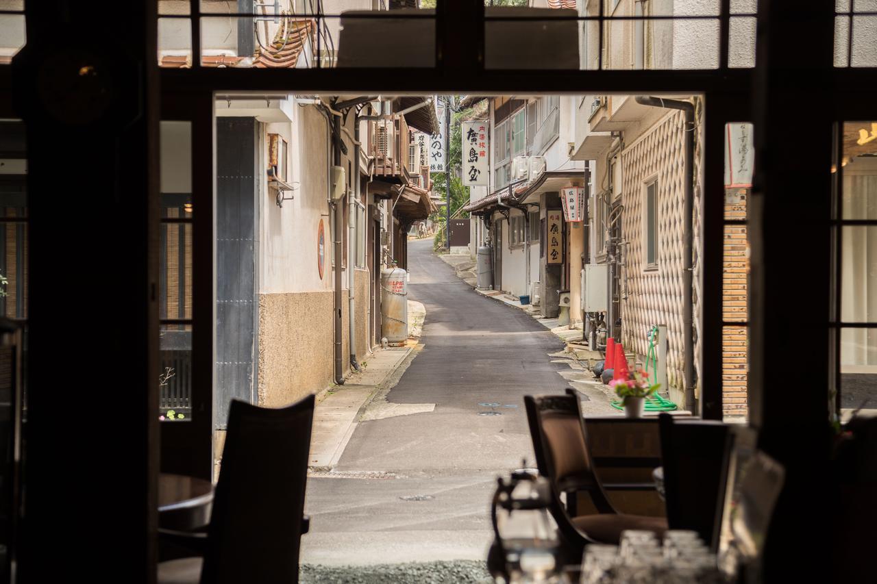 画像: 店内から眺める温泉津温泉の街並み