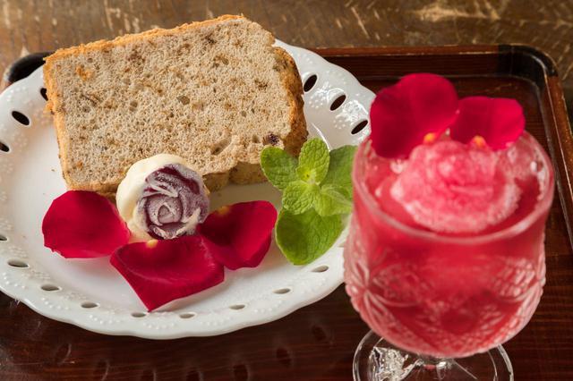 画像: 薔薇シフォンケーキ(左)と薔薇スパークリング(右)