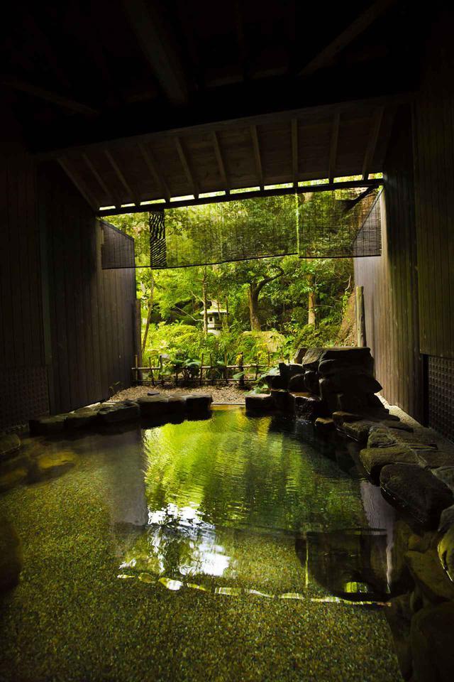 画像: 湯の川温泉「湯宿 草菴」岩風呂