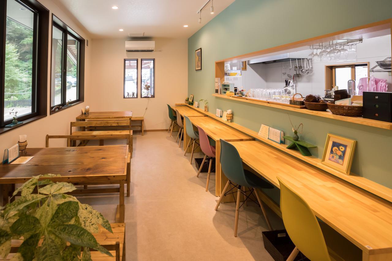 画像: 店内にはカウンター席とテーブル席と座敷が