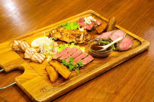 画像: 名物「お肉の盛り合わせ(税込2,728円)」
