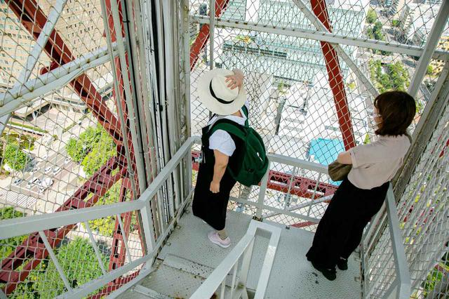 画像: 開放中の外階段