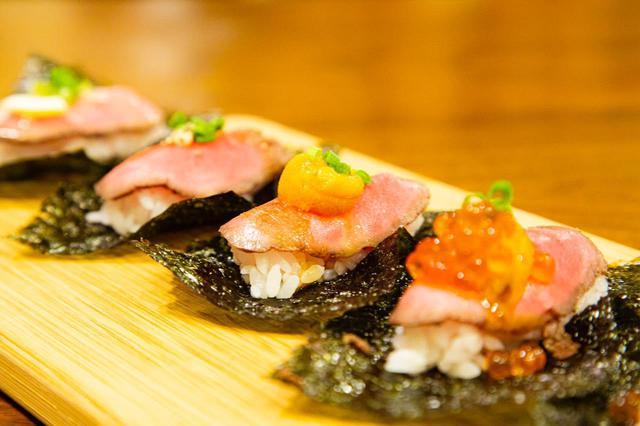 画像: 道産牛も海鮮もダブルで楽しめる「肉寿司 4種盛り(税込1,375円)」