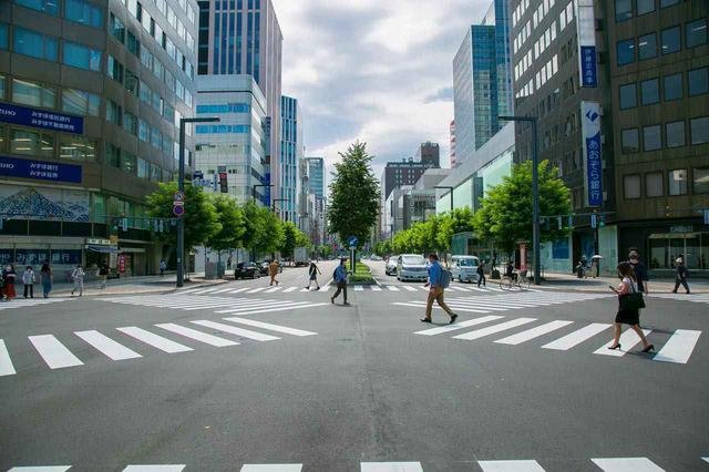 画像: 駅前通の交差点はほとんどがスクランブル交差点