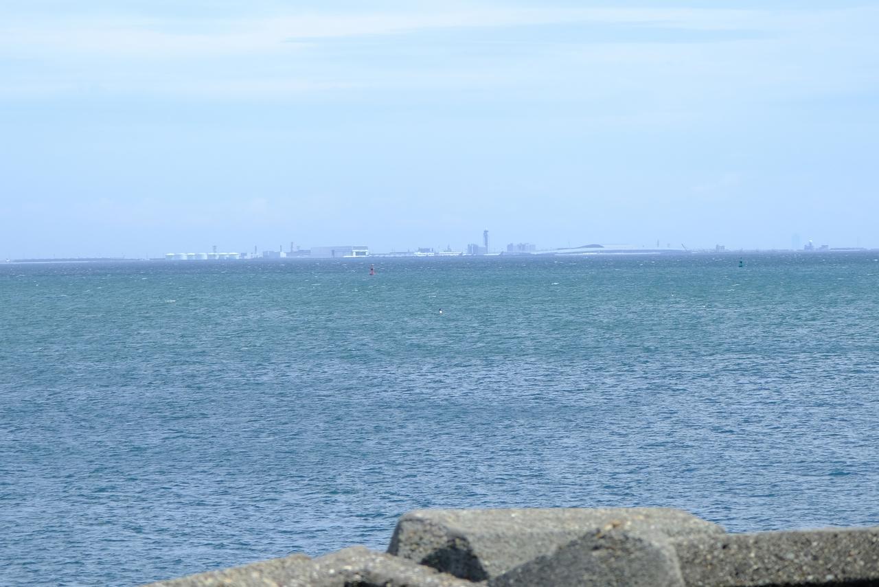 画像: 海沿いまで出ると、関西国際空港がしっかり見えました。