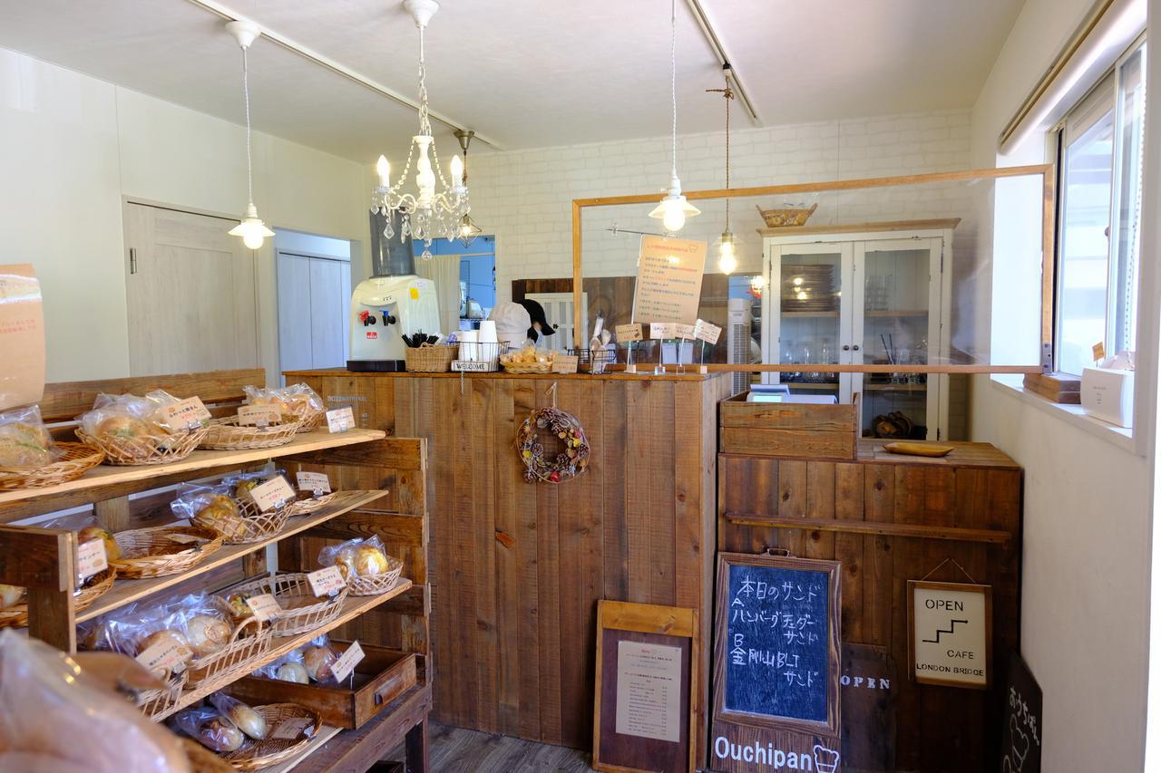 画像: 既に売り切れたパンもちらほら。しかしどんどん追加されていきます。小さなお店ですが感染症対策がしっかり取られていました。カフェには座敷、テーブル、ソファ席、テラス席があります。