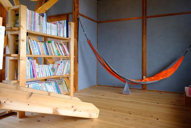 画像: たくさんの絵本と遊び場が、子どもたちを笑顔にします。
