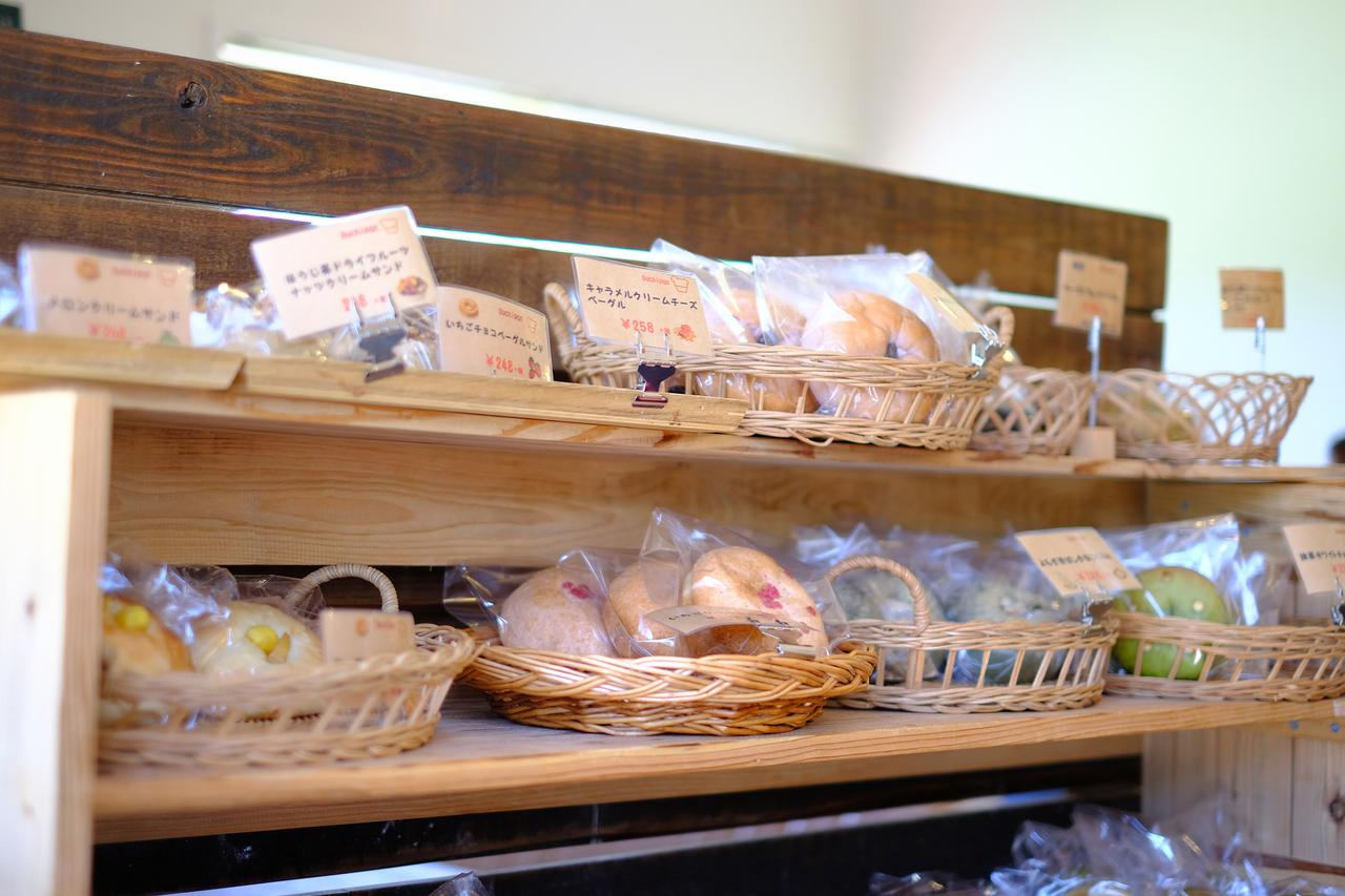 画像: 店内にはきれいに並んだ魅力的なパンの数々。ベーグルだけでなく他の種類もあり、どっさりと買い込んでいくお客さんが外に列をなしていました。