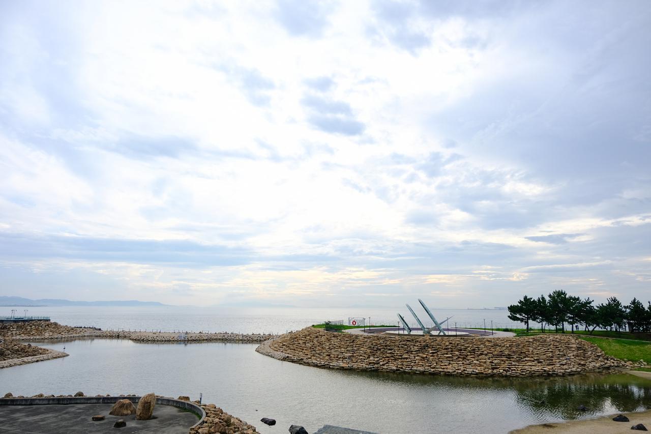 画像: りんくう公園は埋立地にあります。緑地化された市民の憩いの場で、噴水や人工の内海もある、細長い公園です。