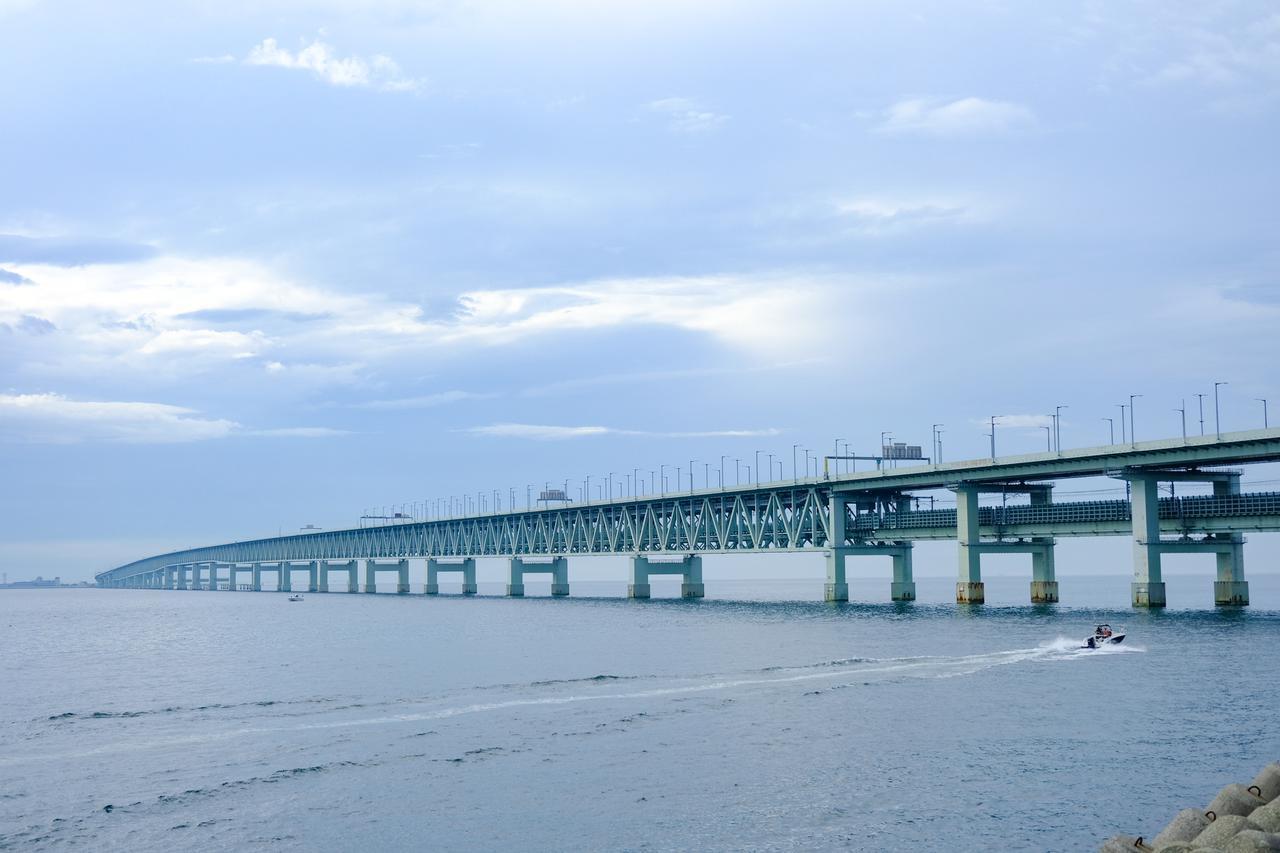画像: 関西国際空港連絡橋。2018年の台風21号でタンカーがぶつかり破損してしまいましたが、7か月かけて全面修復されました。「スカイゲートブリッジR」という愛称があります。