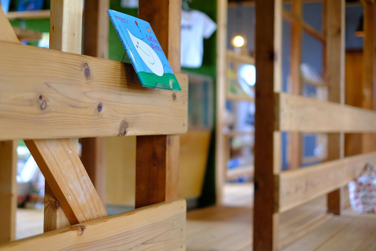 画像: 子どもの目線に置かれた本。小さなお子様に優しいお店です。