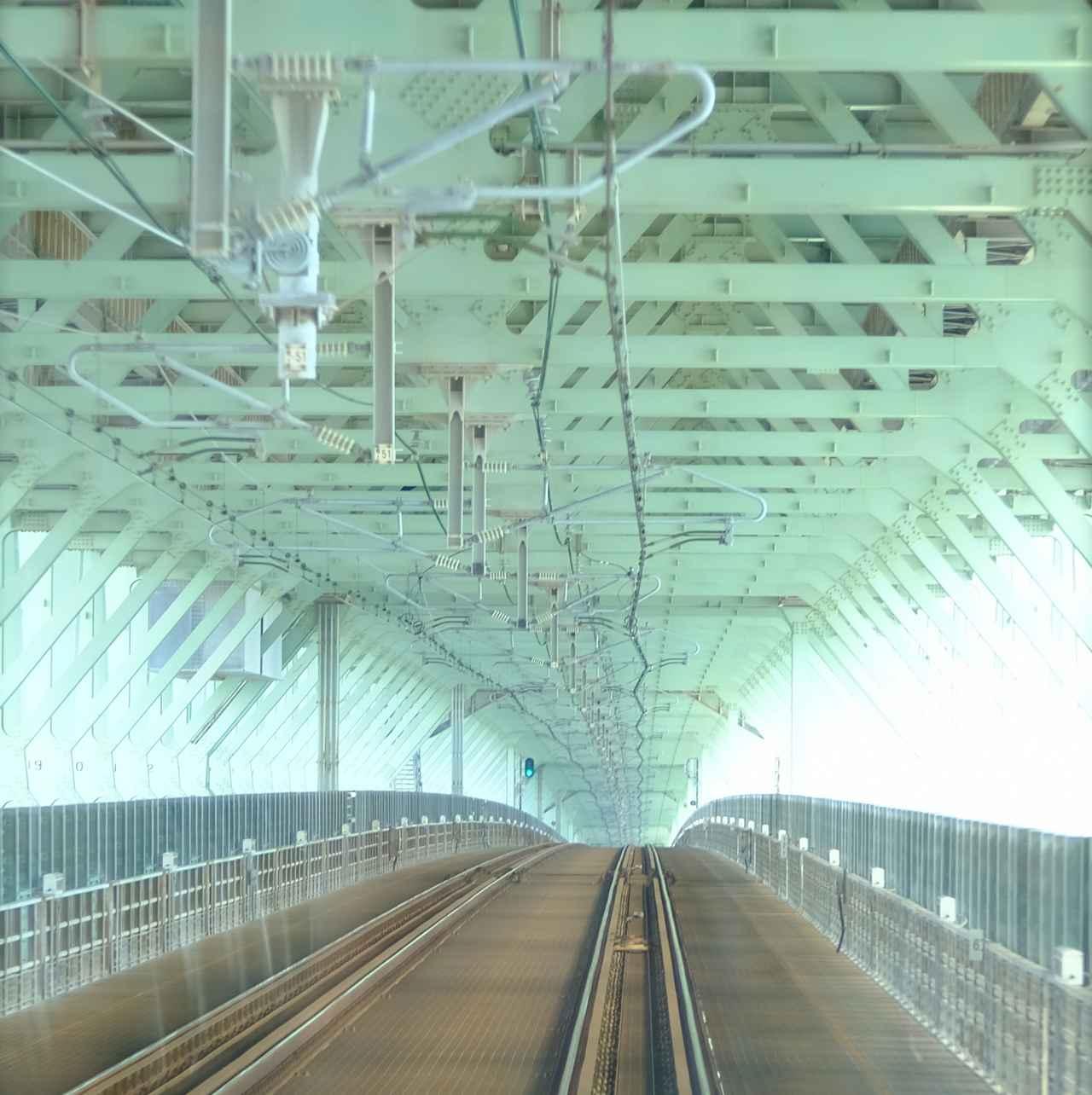 画像: 連絡橋は電車から見ても面白いです。幾重にも重なる骨組みが延々と続きます。