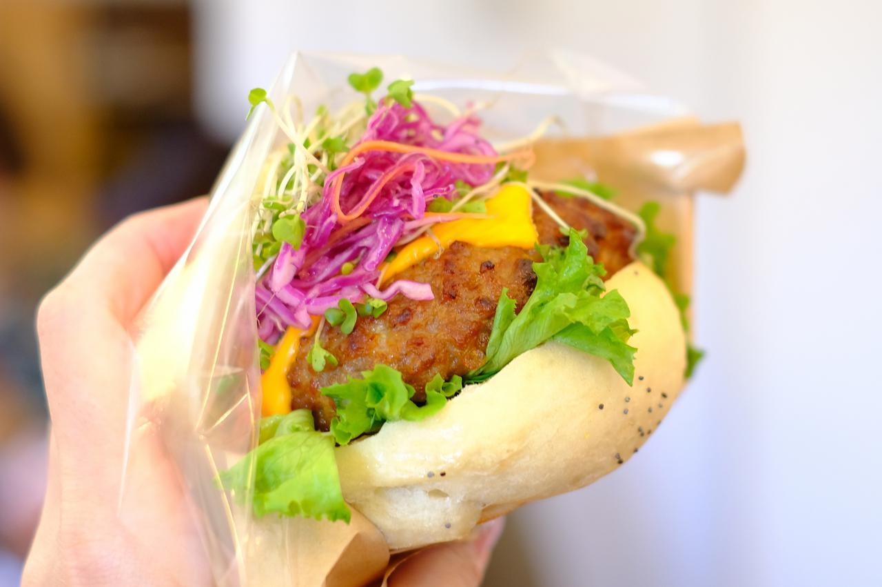 画像: シャキシャキの野菜とジューシーなハンバーグ。柔らかめのベーグルがとても食べやすい。