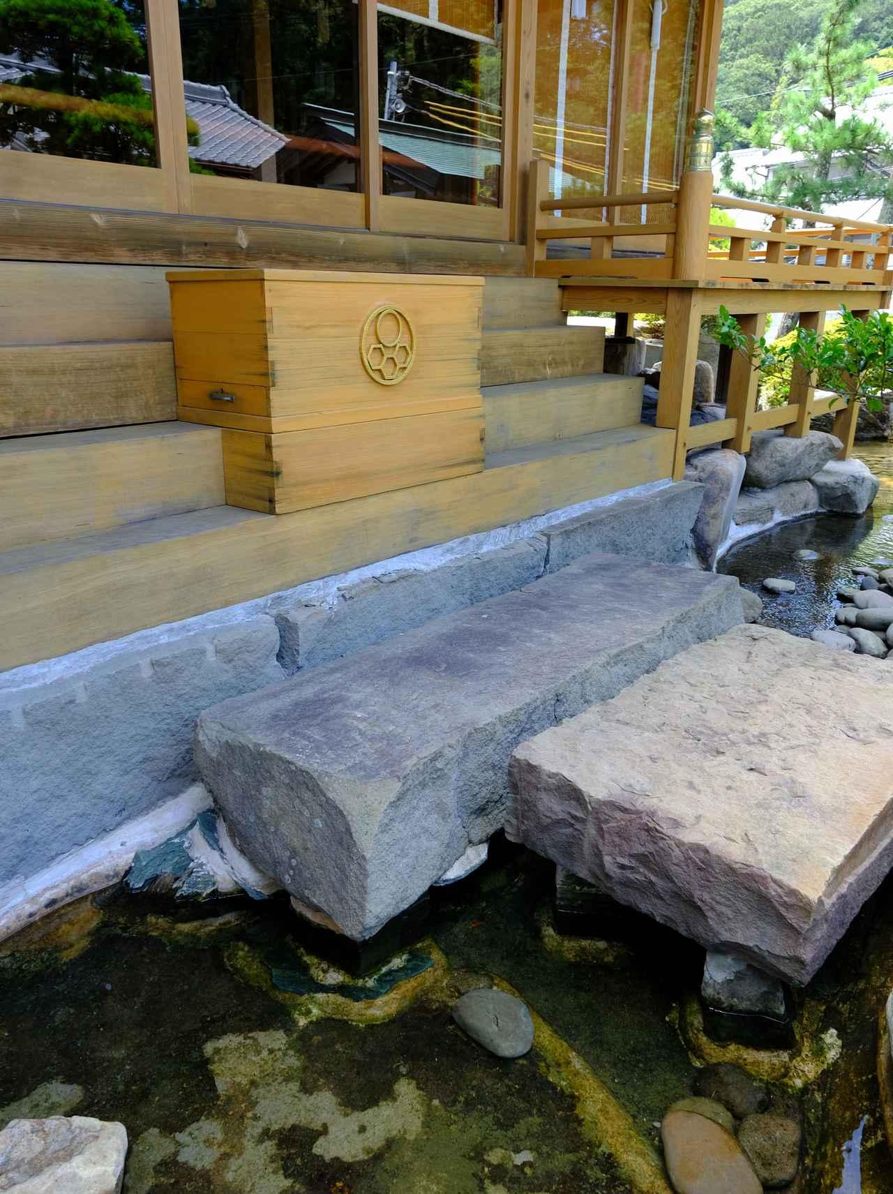 画像: 水の上の石段で参拝するという、珍しい社。清められた感じがしてすごくいいですね。