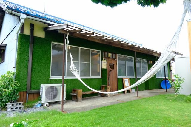 画像: 淡輪のカフェは眩しいくらいの芝生とハンモックが目印。「IROHA Picture book and Cafe」