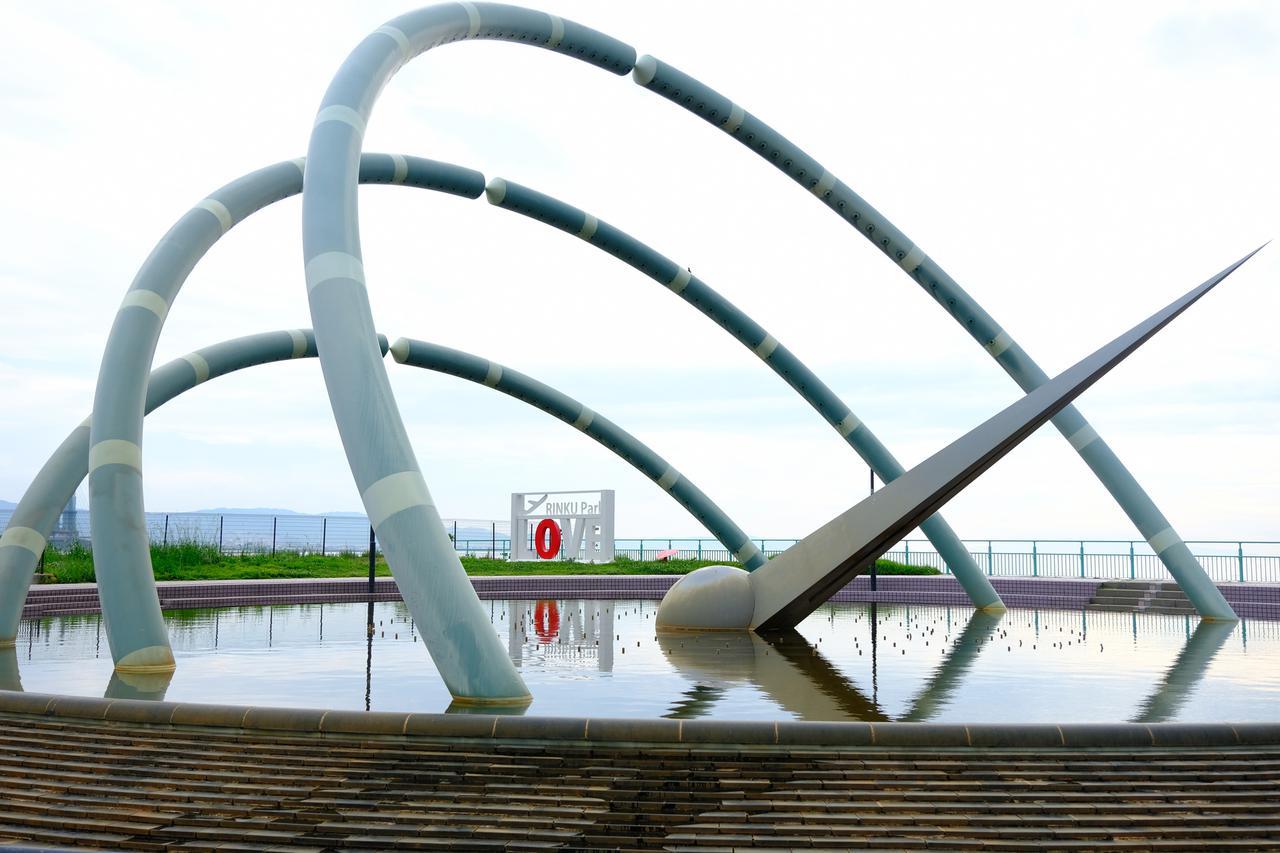 画像: 円形の噴水は時間になるとスモークや高くしぶきをあげて水を噴き出し、涼感を与えてくれます。
