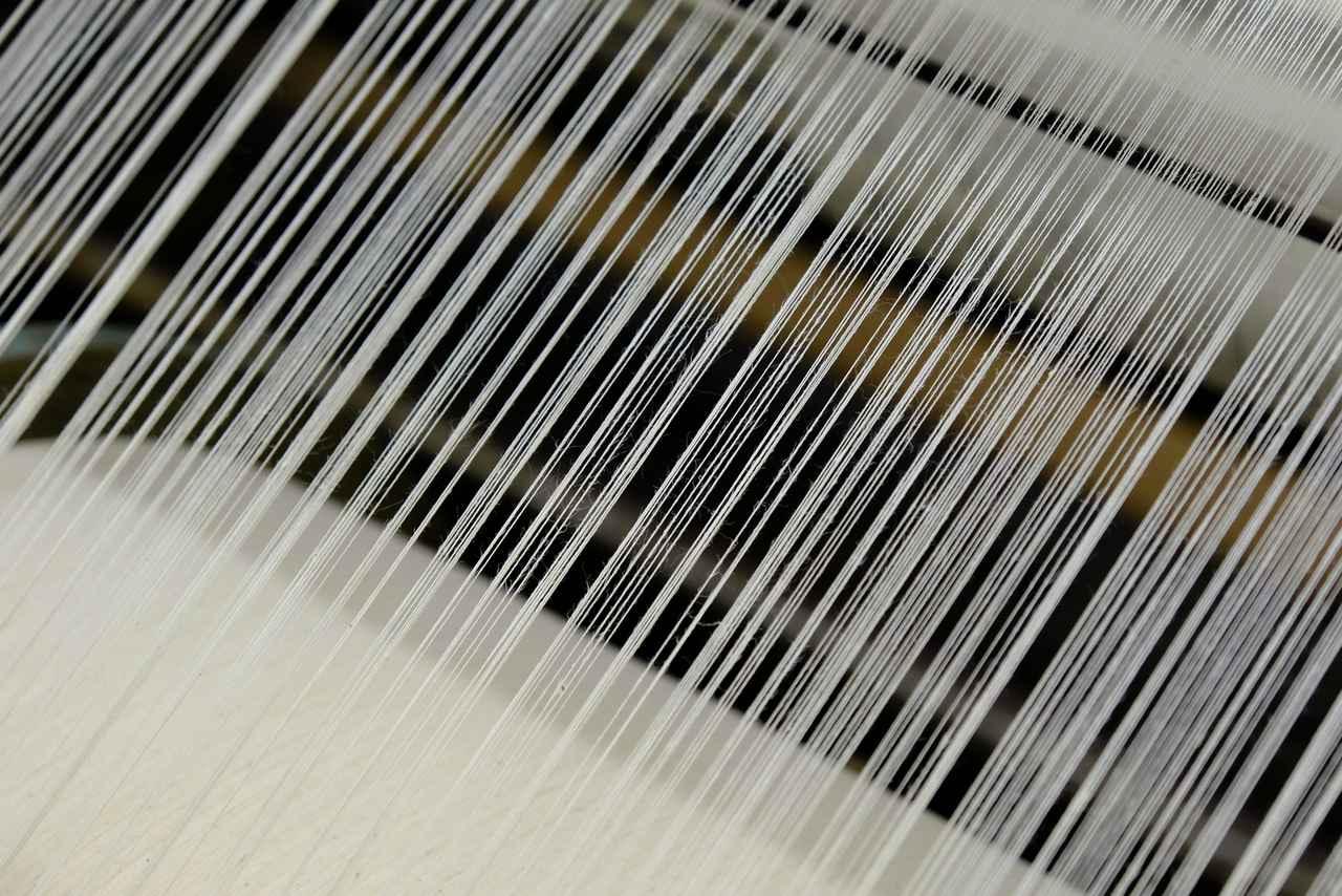画像: 泉州で作られるほとんどのタオルは、製品として完成させてから漂白・洗浄する「後晒し製法」が用いられています。ゆえに最初に織られる糸は、原料そのものの生成り色をしています。