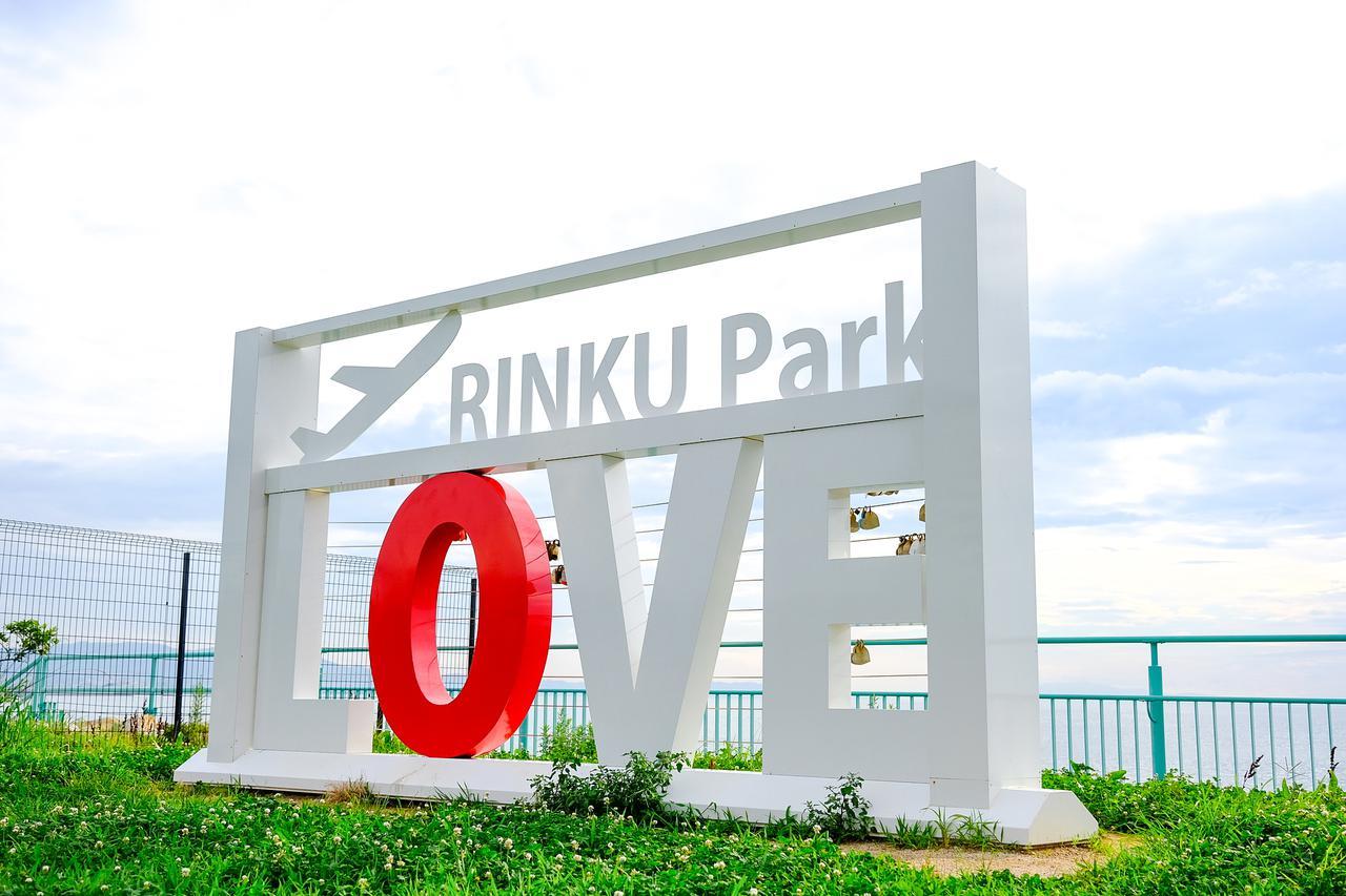 画像: りんくう公園のモニュメント。海や飛行機をバックに写真を撮れる人気のスポットです。