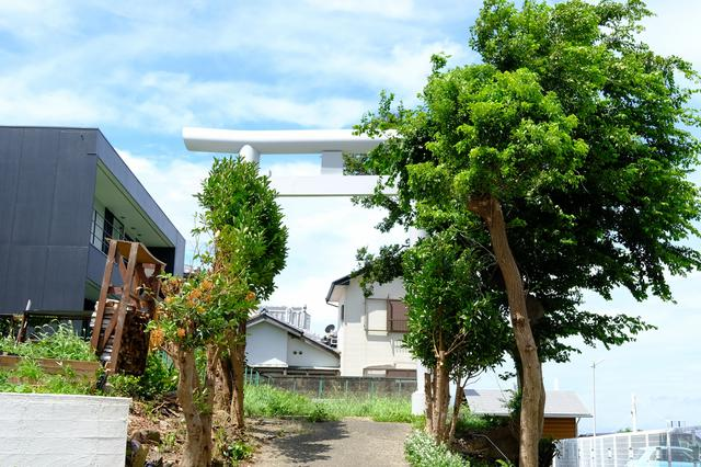 画像: 船守神社の「御旅所」。海の色に映える真っ白な鳥居です。