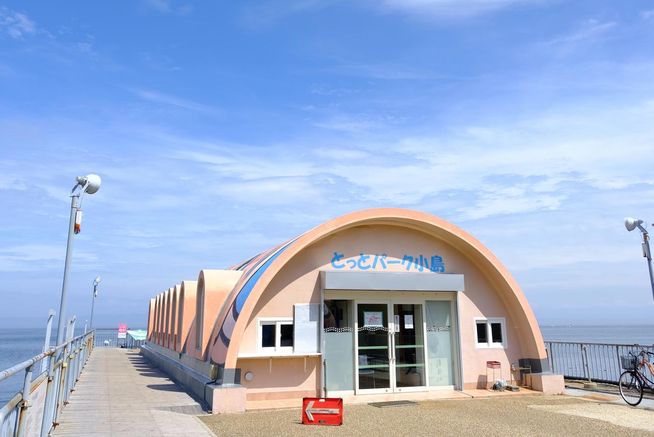 画像: こいのぼりのような形をした売店とレストランが並んでいます。ここは既に海の上です!