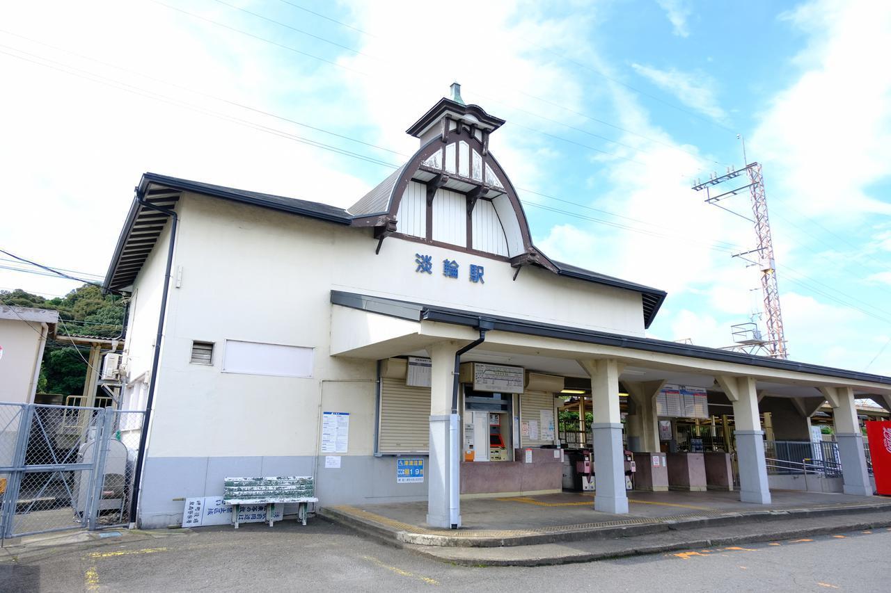 画像: 初めて降り立った淡輪駅は洋風木造建築のおしゃれな駅舎。大正時代に建てられた瀟洒なデザイン。