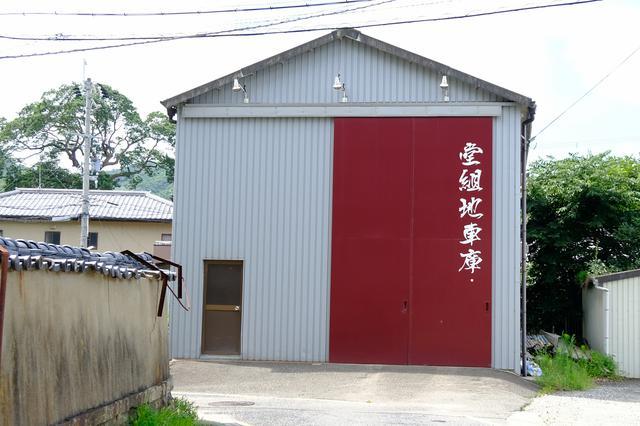 画像: 神社横には地車(やぐら)庫があります。3台の地車を曳き、練り歩く秋祭りが行われます。
