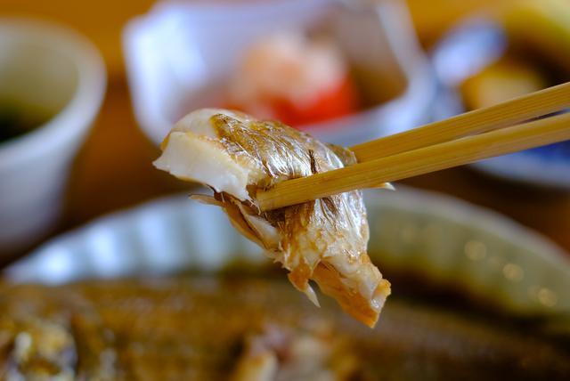 画像: 料理はシェア出来るよう、そして子どもでも食べられるものをという心遣い。特に、魚を食べてほしいという気持ちで、メインは魚と決めているそう。