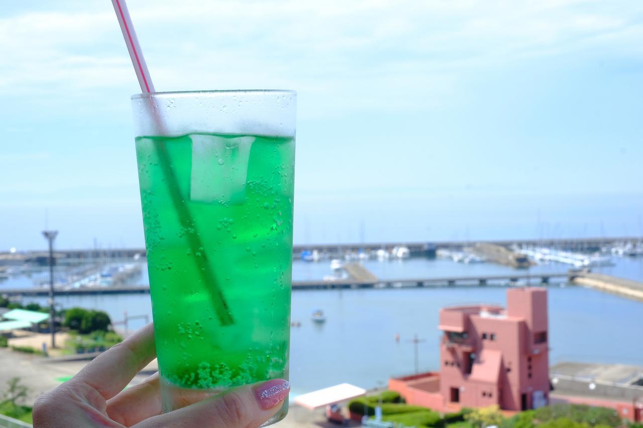 画像: 海を眺めながらジュースで喉を潤します。静かな時間が流れていきました。