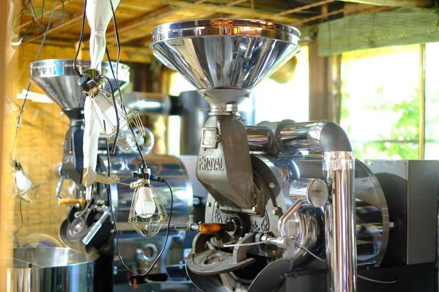 画像: 店の奥に置かれるのはフジローヤル、2台の焙煎機。これでこだわりのローストが行われます。
