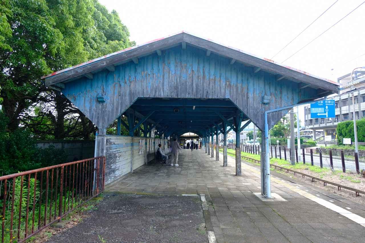 画像: 深日港駅は木造のかわいい駅舎。大きな屋根、広いホーム。単線です。