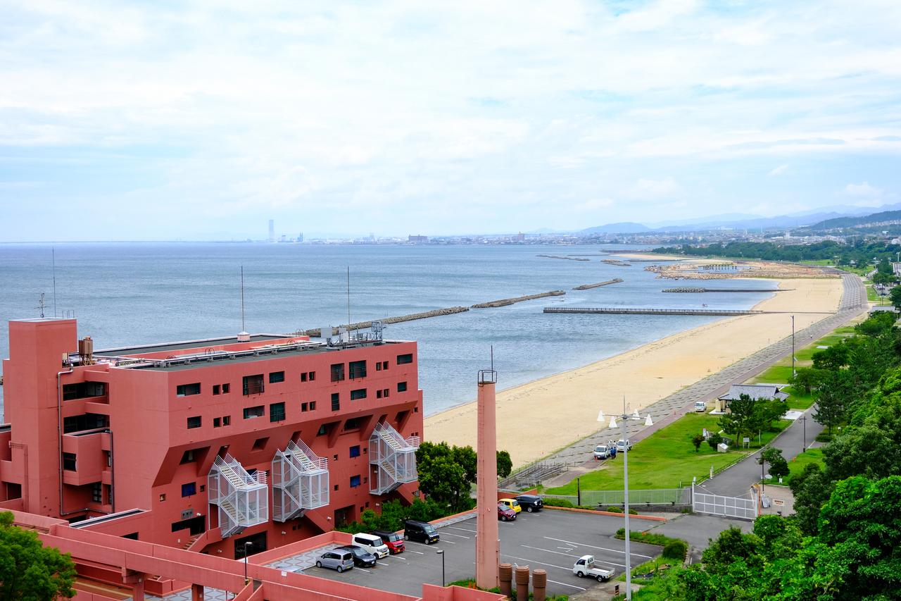 画像: 海側を見ると「淡輪ときめきビーチ」の長い砂浜が見えました。部屋からみたら最高でしょうね。