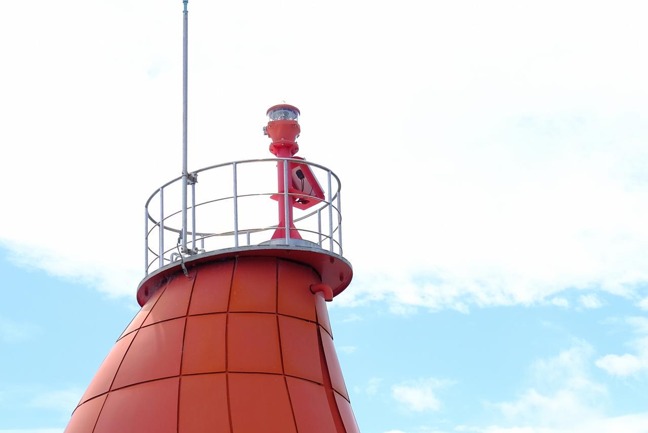 画像: てっぺんに灯台のライトがありました。ソーラーパネルも見えます。