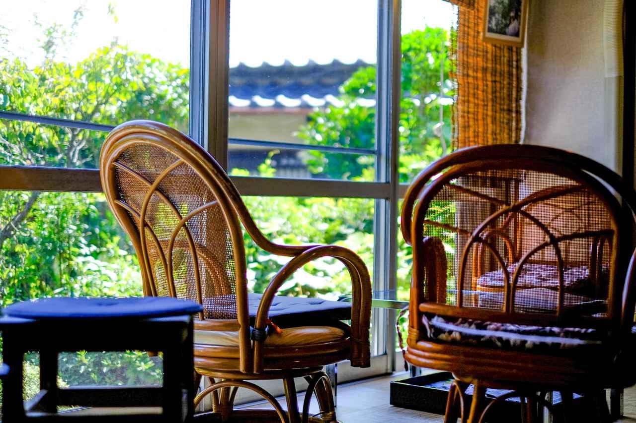 画像: 籐の椅子に座って、コーヒー片手にゆっくり庭を眺めるのもいいですね。