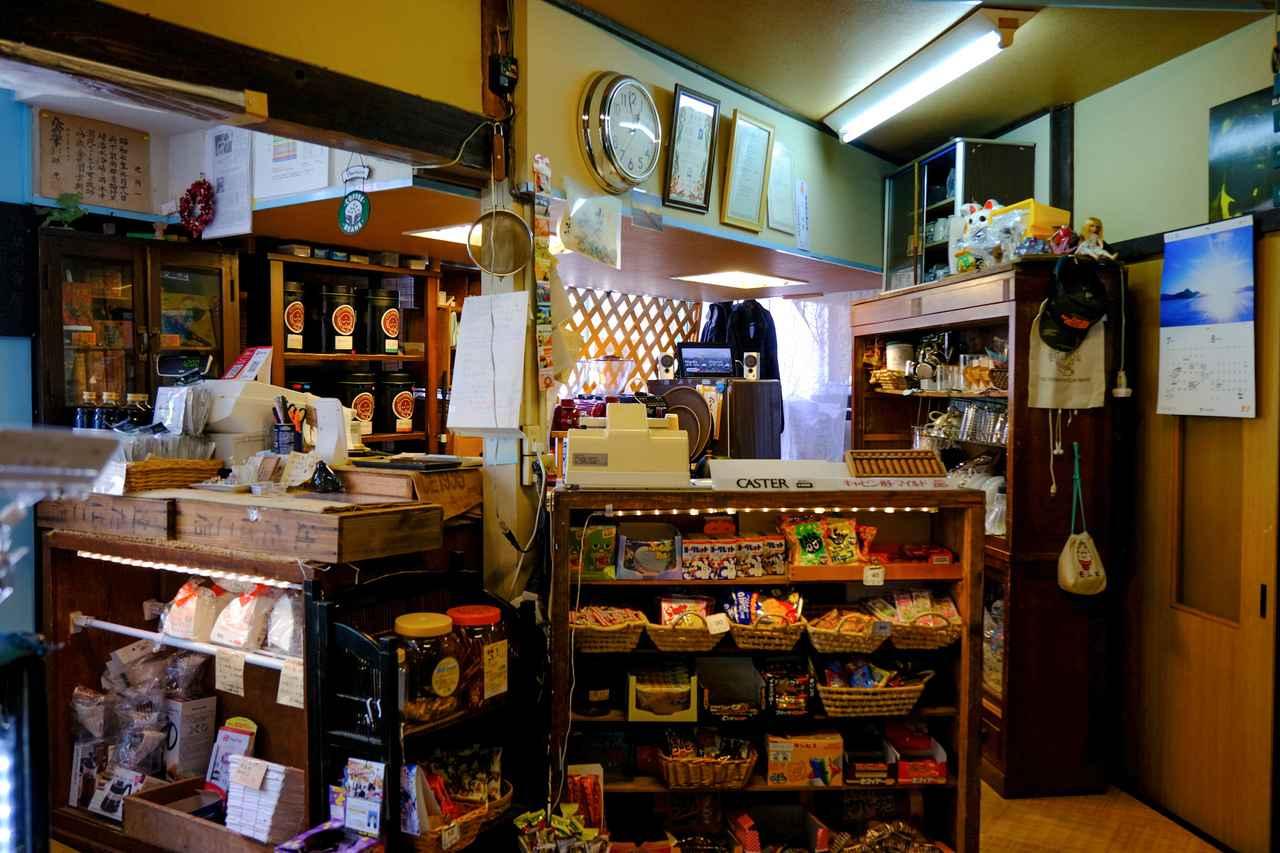 画像: 入口には駄菓子や近隣のお菓子屋さんのケーキやゼリーが並びます。