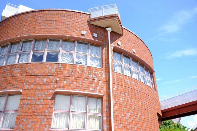 画像: 窓も多くてバルコニーもあります。周辺の自然豊かな環境の中に建つホテルです。