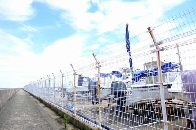 画像: ヨットハーバーを横に見ながら防波堤を進みます。