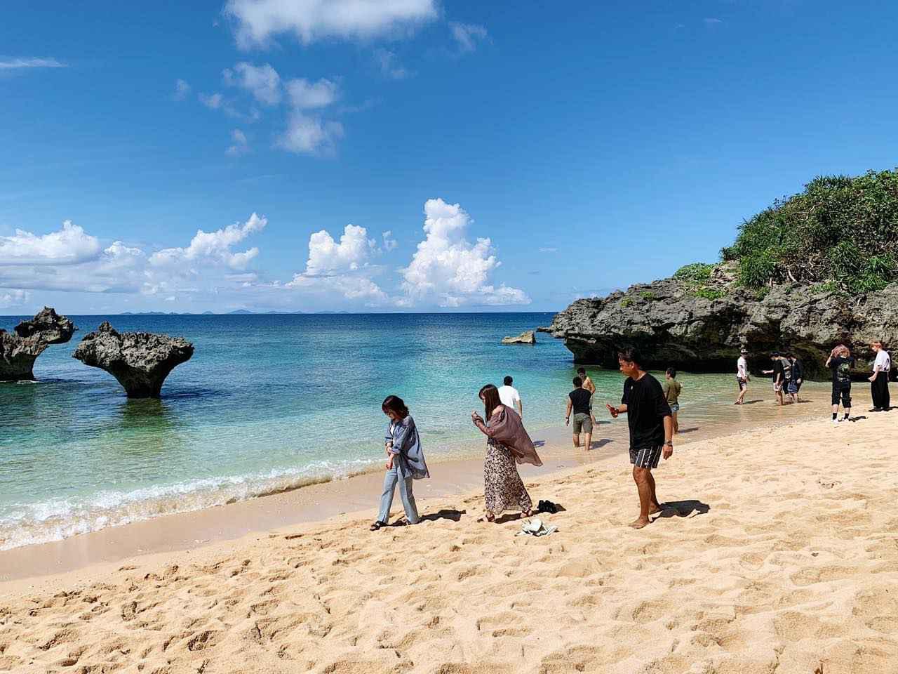 画像3: 恋のパワースポット「ティーヌ浜」には、多くの若者が