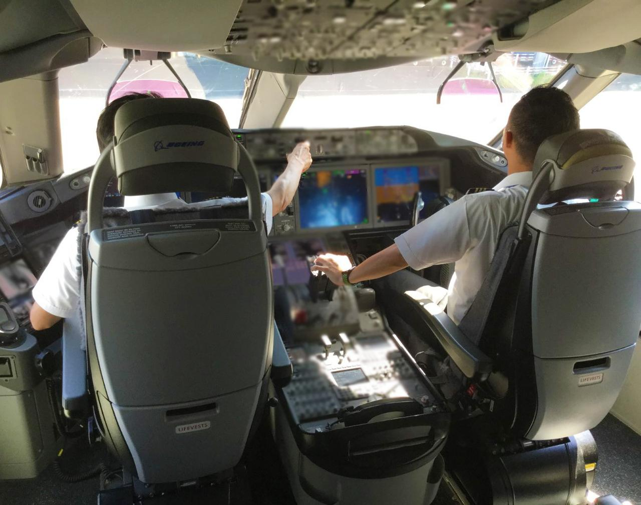 画像2: 飛行機雑学File 1 お客さまの安全のため、機長と副操縦士は別々の食事を取ります