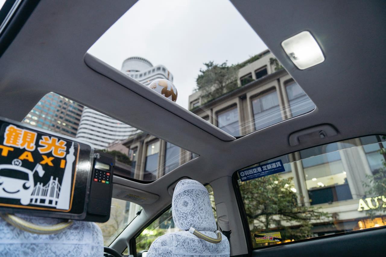 画像: 観光タクシーにはパノラマルーフから、外の景色が眺められるようになっている車両がある。