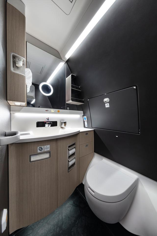 """画像: 飛行機雑学File 5 トイレを勢いよく流すために、実は""""気圧""""を利用しています"""