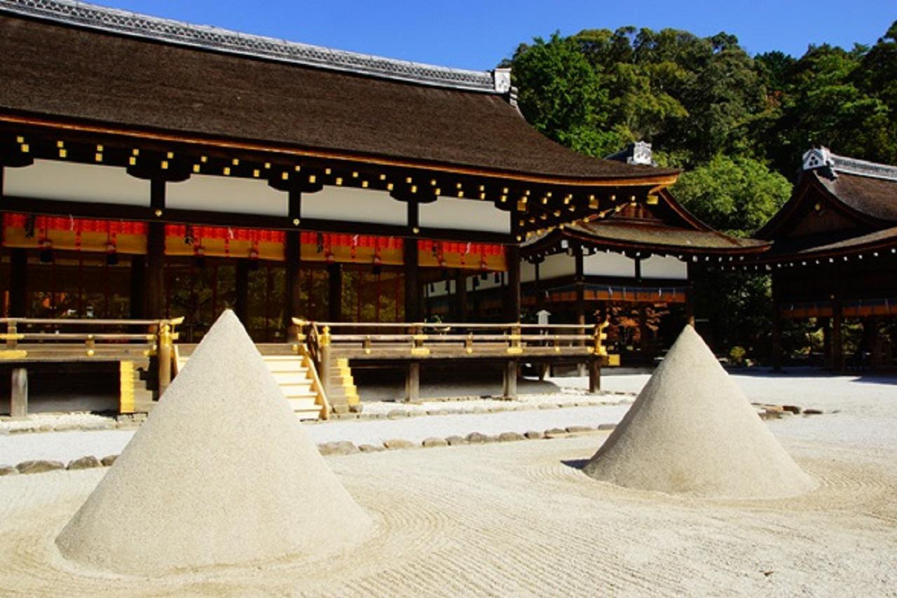 画像: 立砂。御祭神が降臨された山を模しています
