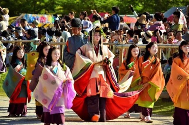 画像: 賀茂祭の斎王代以下女人列の様子。残念ながら、今年(令和2年)の路頭の儀(行列)は中止に