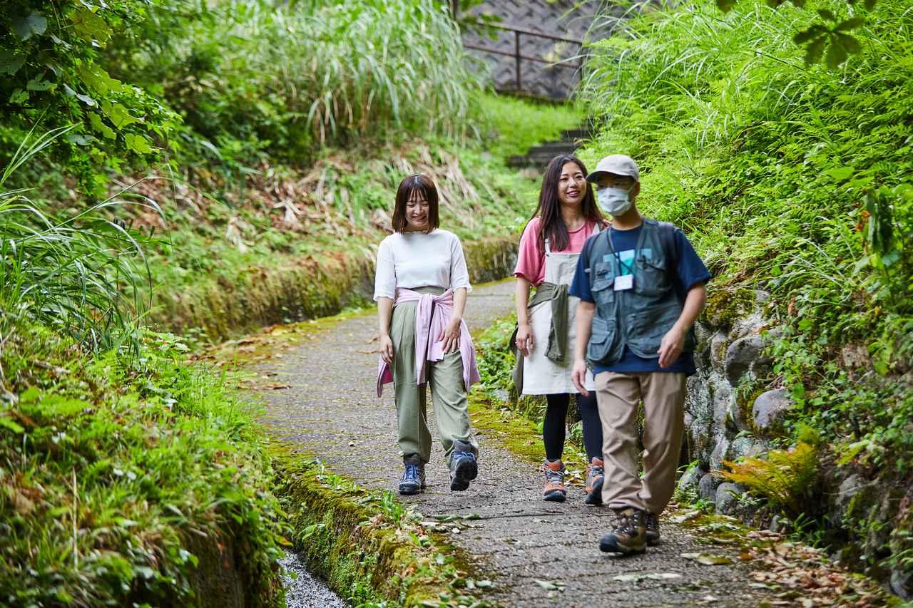 画像: ゆざわジオパークガイド 吉田昌平さん(右)