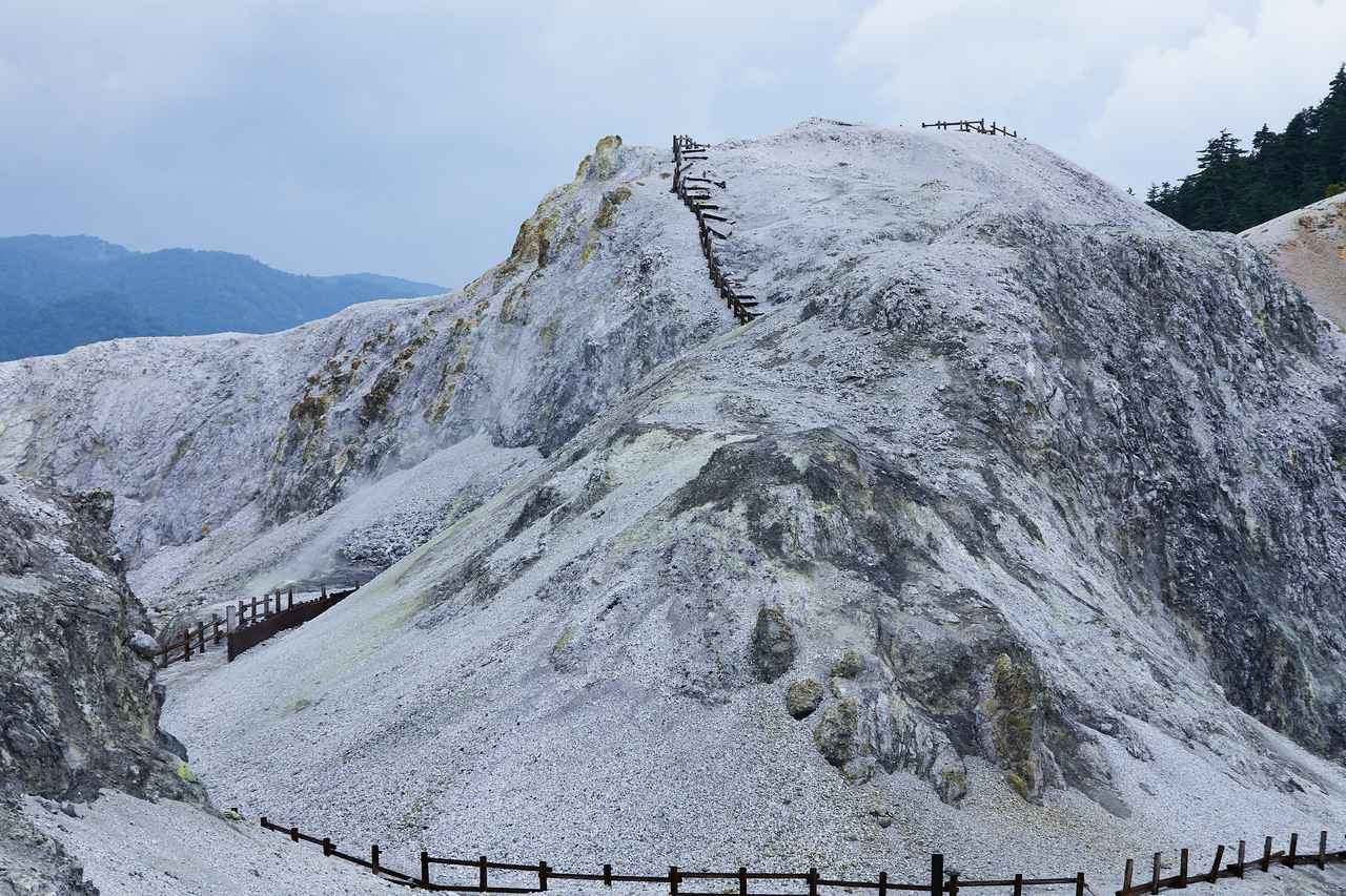 画像: 火山が形成した、この世のものとは思えない不思議な景観の山「川原毛地獄」