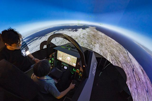 画像1: 本格的なフライトシミュレーターで航空機を操縦