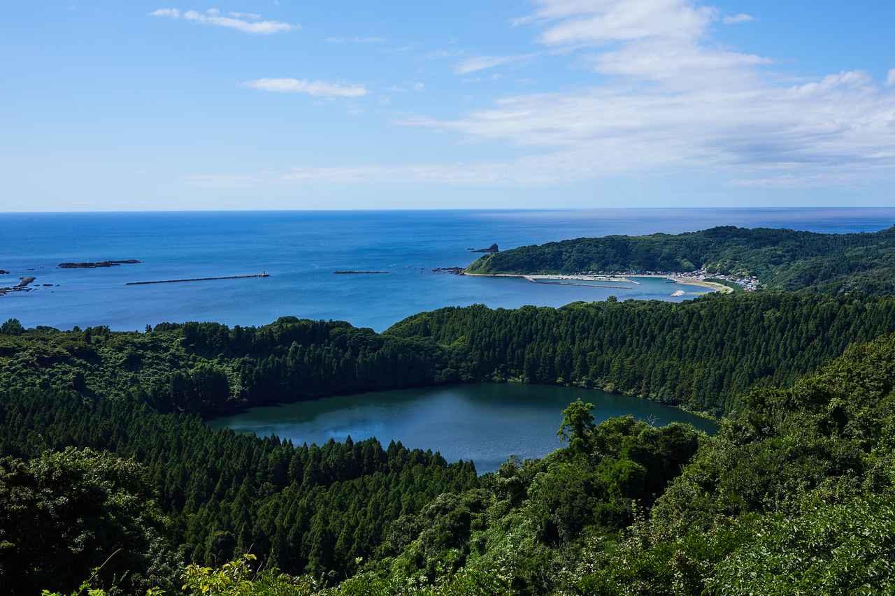 画像: 戸賀湾と二ノ目潟