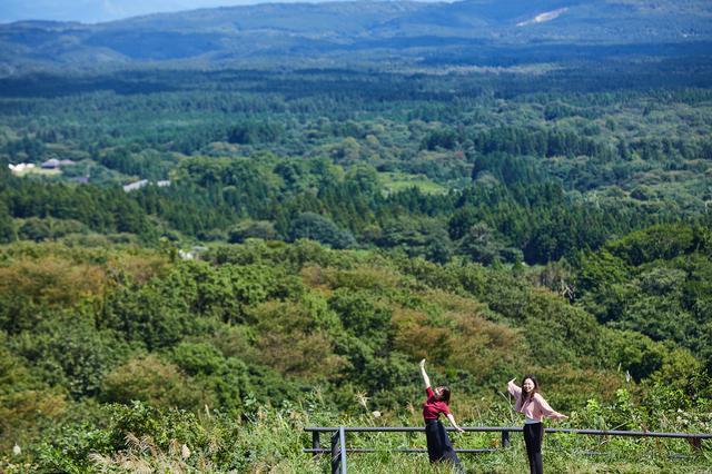画像: 自然の営みからできたまん丸い湖を望む「八望台」