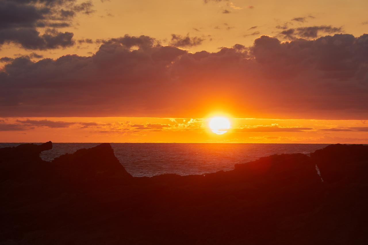 画像2: 夕日にシルエットを照らされる「ゴジラ岩」は必見のスポット